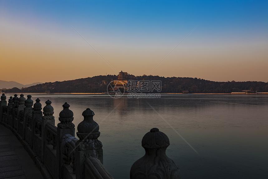桥边湖泊上佛香阁图片