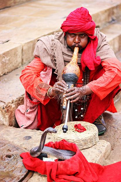 印度吹笛子蛇跳舞的艺人图片