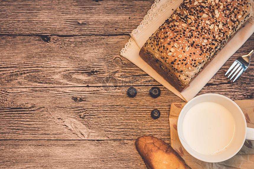 木板上的面包图片