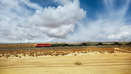 甘肃敦煌戈壁滩上前行的火车图片