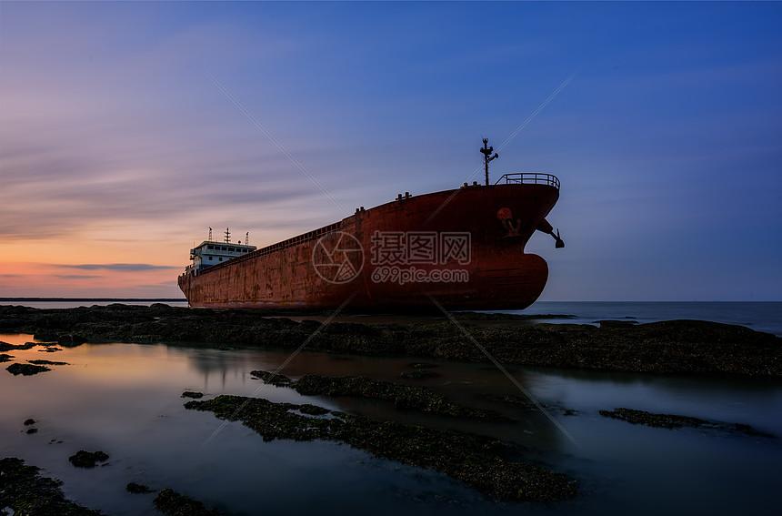 夕阳下的巨轮图片