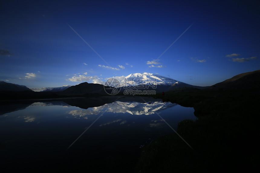 雪山、慕士塔格峰、湖面图片