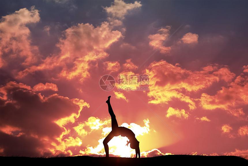 夕阳下的瑜伽女士图片