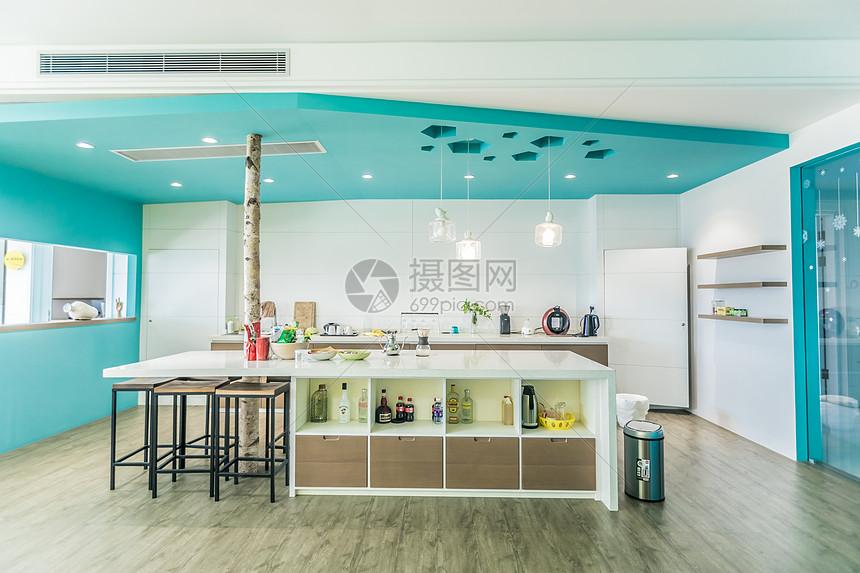 个性化色彩鲜艳的开放式厨房图片