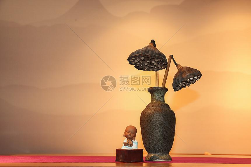 一桌摆设的茶席和小沙弥图片