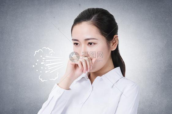 咳嗽的女孩图片