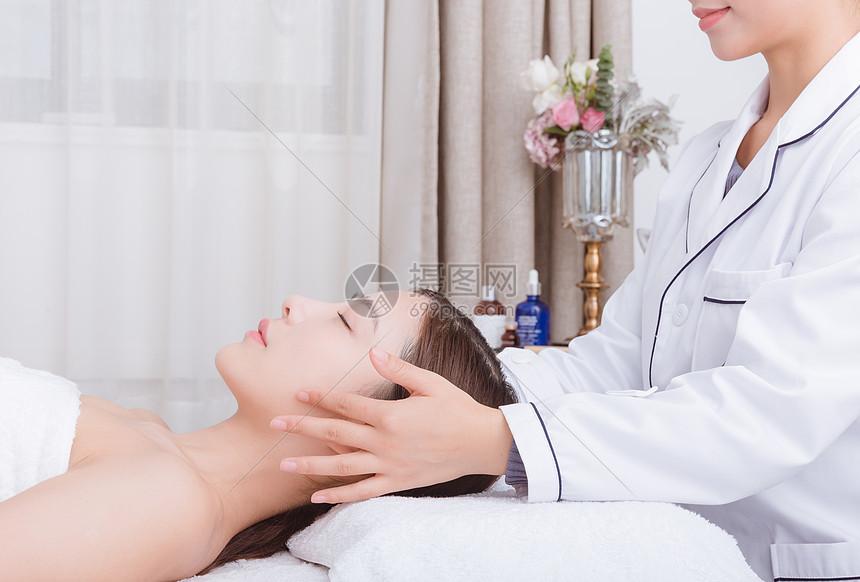 美容师给美女顾客按摩图片