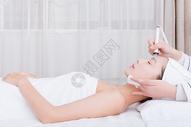 美容师给美女顾客洁面图片