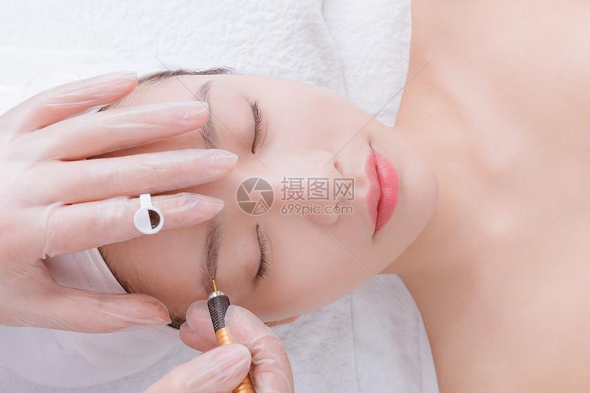 美女顾客在做纹眉图片