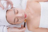 美女顾客在做洁面护肤图片