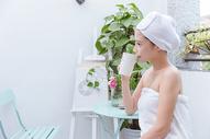 美女做完美容SPA在阳台喝水图片
