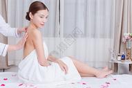 美女顾客在做背部按摩图片
