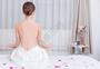 美容养生美女在做瑜伽背部图片