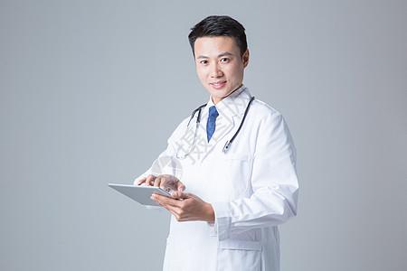 医生操作平板电脑图片