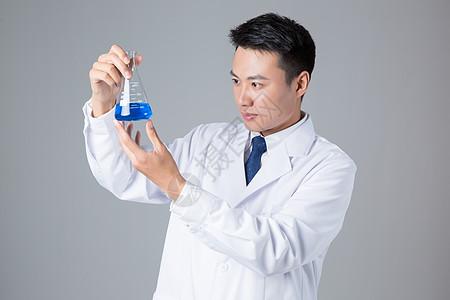 医生拿烧瓶医学研究图片