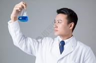 医生拿烧瓶医学研究500734999图片