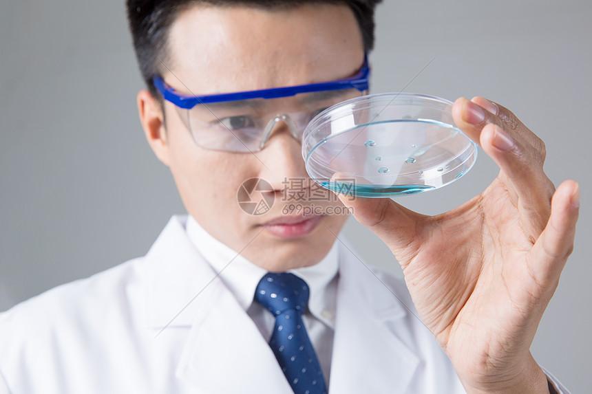 医学人员观察实验器皿图片