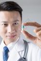 医生观察药丸图片