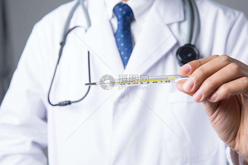 医生观察体温计图片