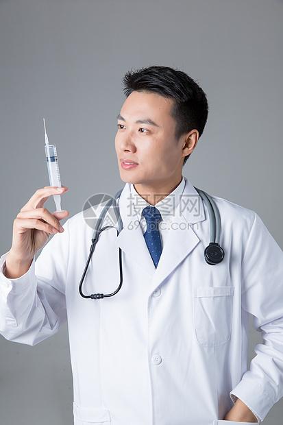 医生操作医疗针筒图片