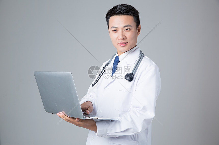 医生手拿电脑形象展示图片