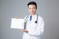 医生手拿小贴士形象展示图片