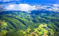 航拍山地湖泊图片