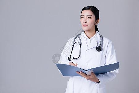 女医生看病历单写病历单图片