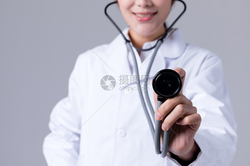 医生拿听诊器特写图片