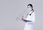 拿着病历卡做记录的医生图片
