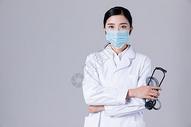 女医生手拿听诊器形象展示图片