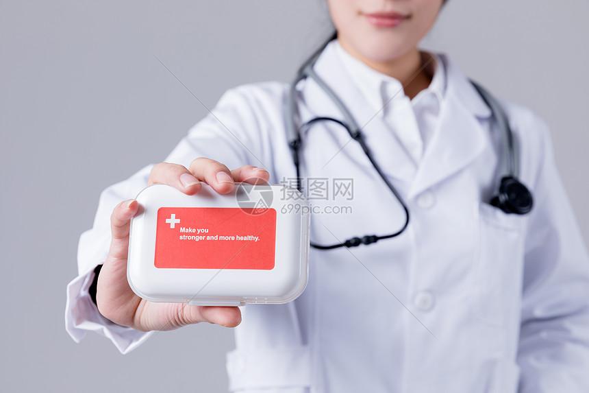 穿白大褂的女医生拿药观察图片