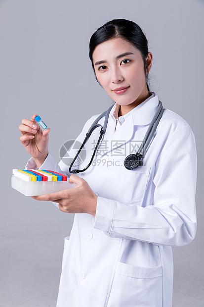 医生拿着药在观察图片