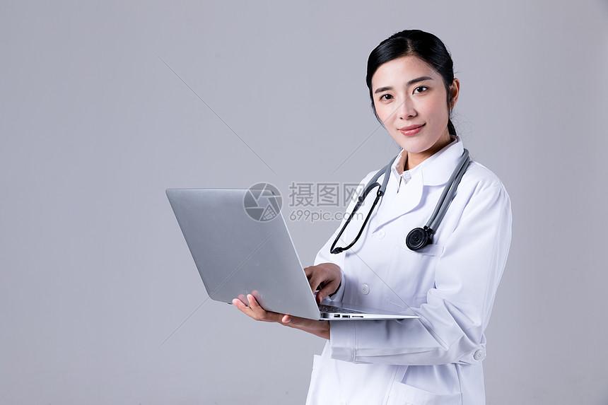 医生手拿电脑图片
