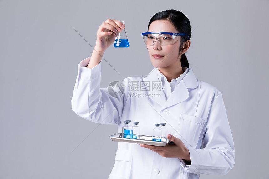 科学家手拿烧杯做研究图片