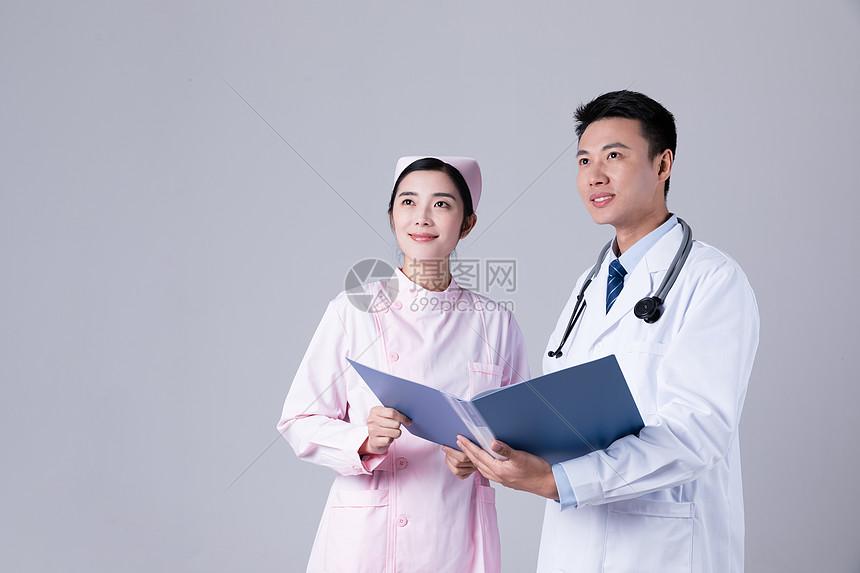 医生和护士在看病历图片