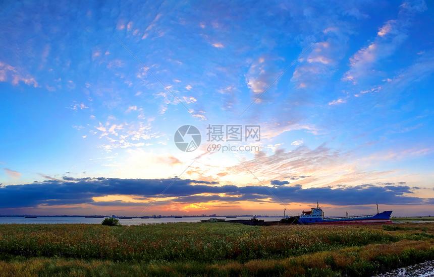 江边晚霞图片