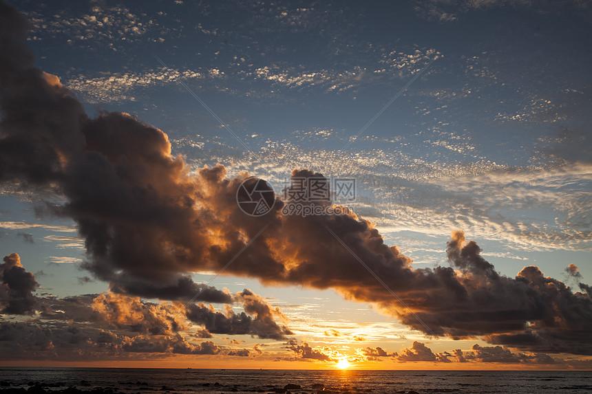 特别的夕阳云层图片