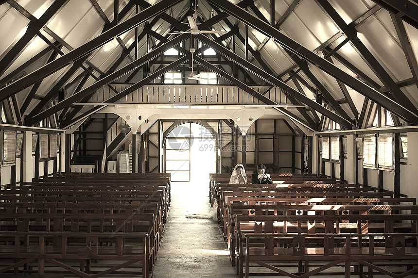 教堂里有结婚新人在祈祷幸福图片