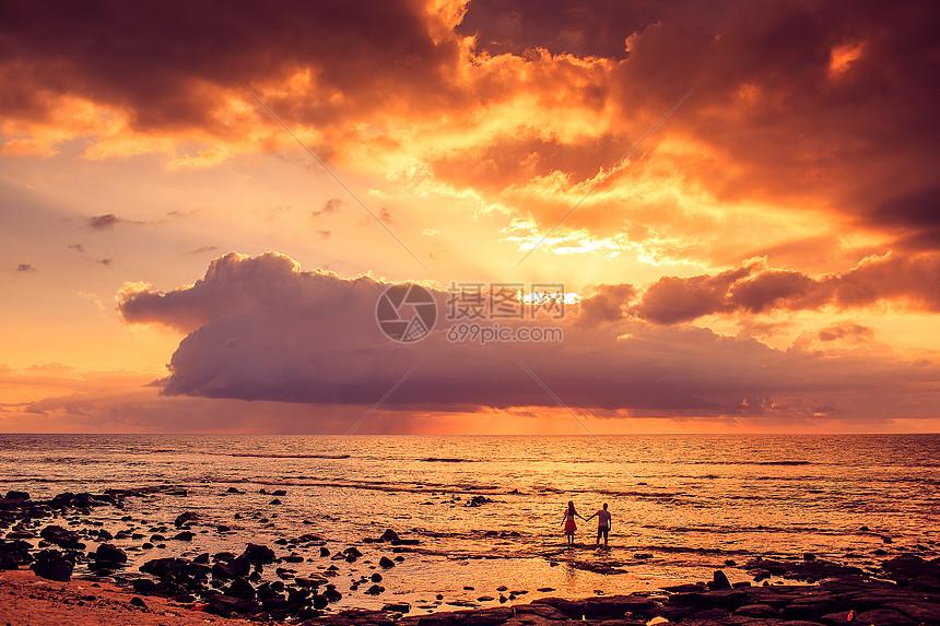 夕阳下的情侣图片
