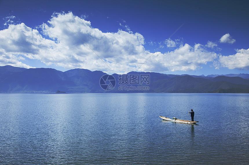 轻舟停泊在湖中图片