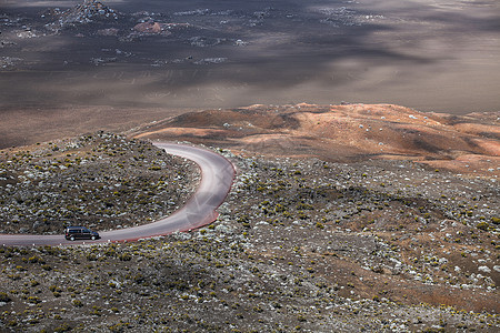 火山上的公路图片