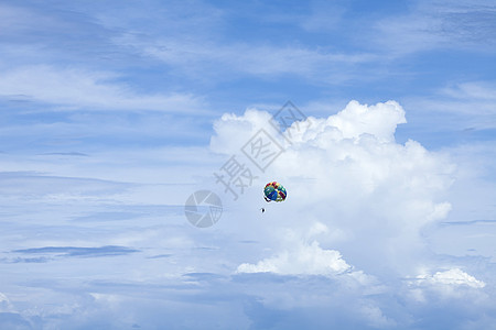 蓝天下的极限运动图片