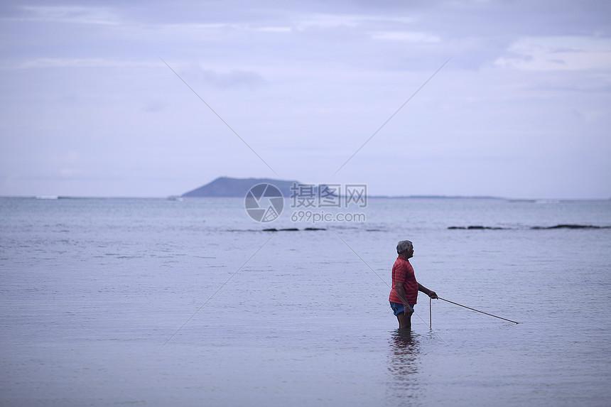 海边渔民正在钓鱼图片