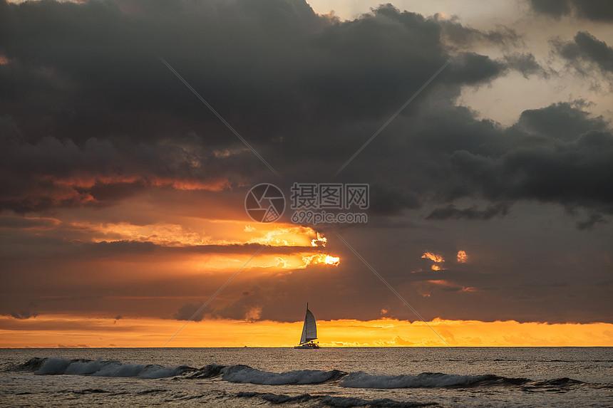 夕阳下的帆船和大海图片