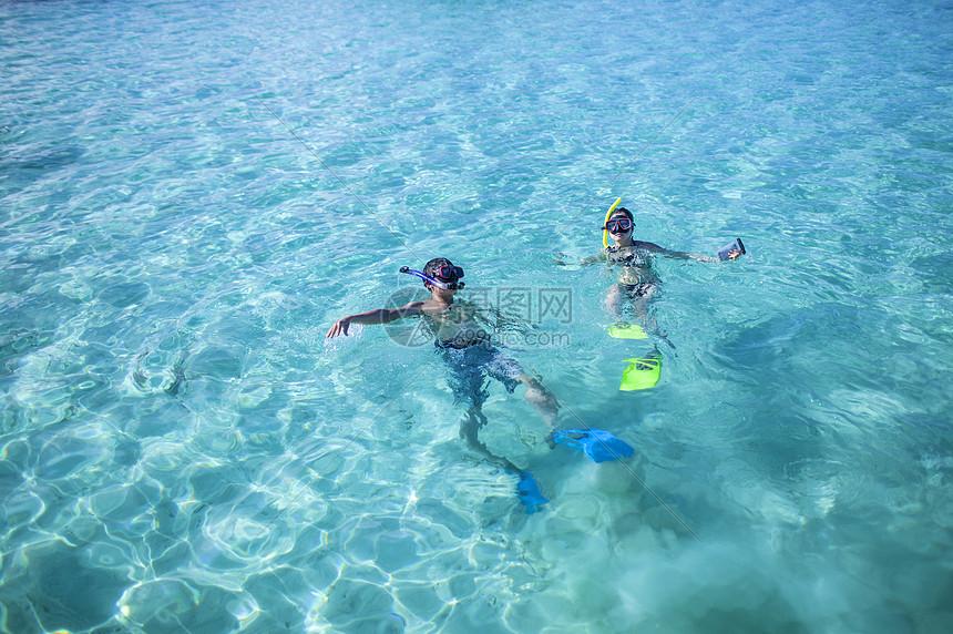 旅行去浮潜享受大海图片