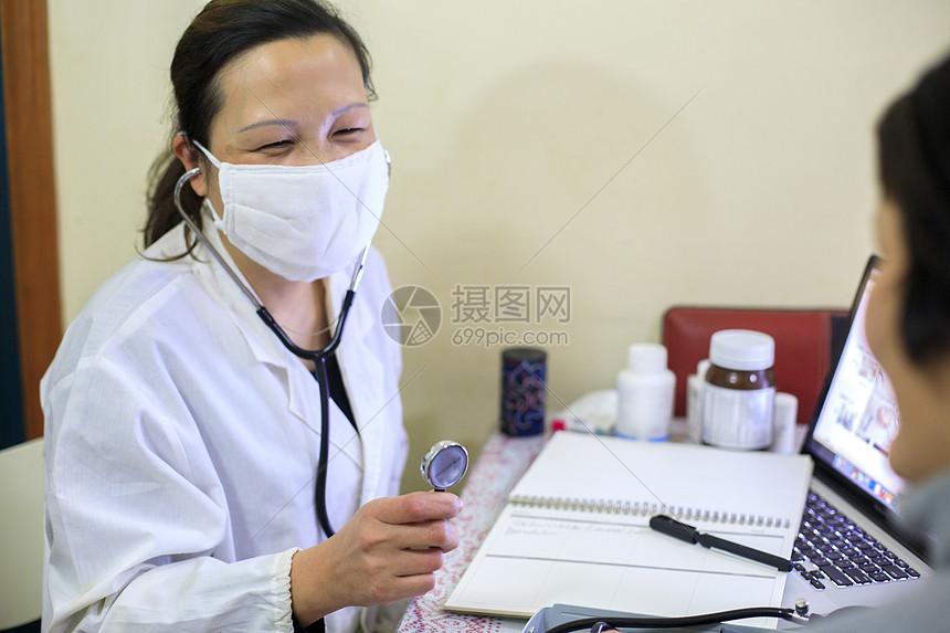 医生给病人诊断图片