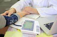 医疗服务中的量血压图片