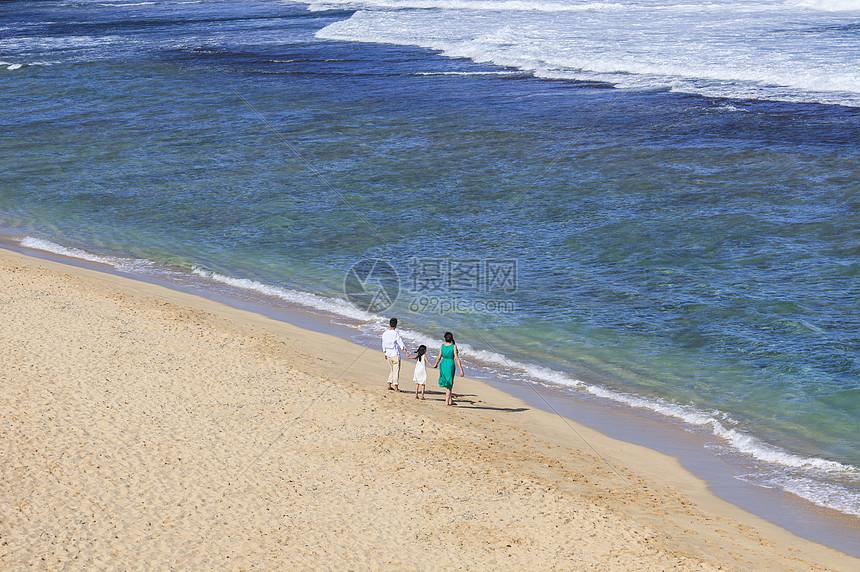 海滩度假的一家人图片