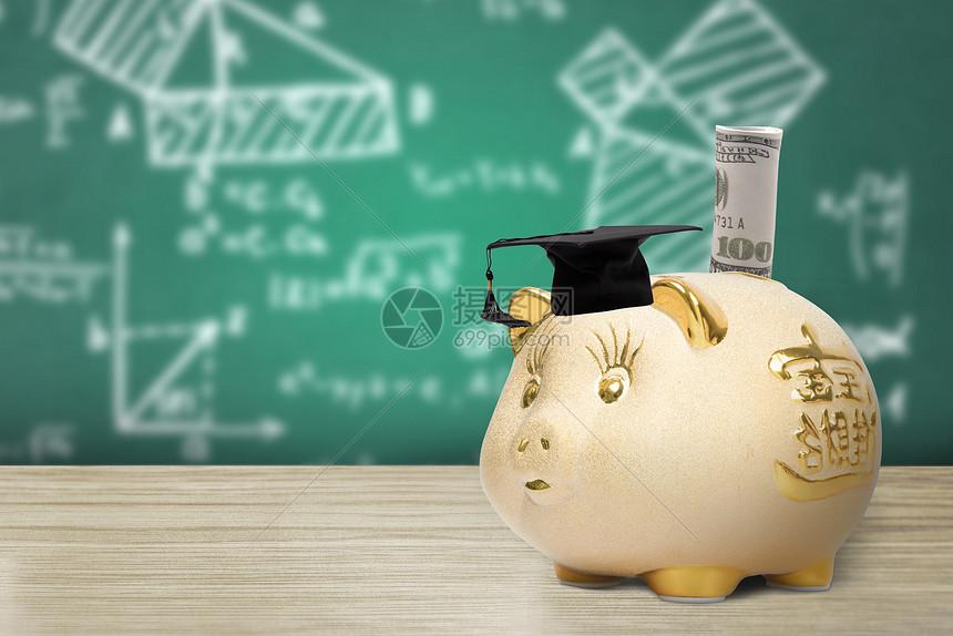储蓄罐上的学士帽和金钱图片